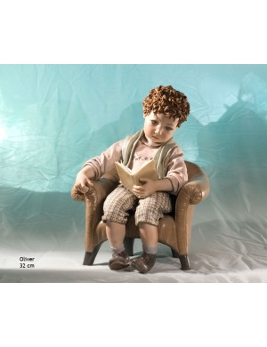 Sibania Oliver  figura in porcellana bimbo in poltrona con libro collezione di tutto un pò